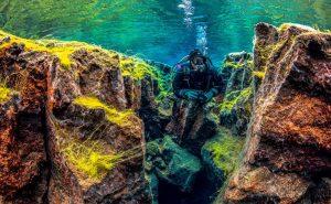 Potápění v trhlině Silfra na Islandu.