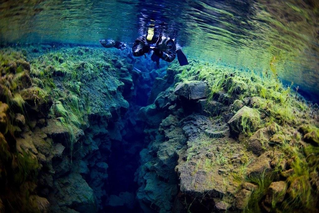 NEZAPOMENUTELNÝ ZÁŽITEK Potopte se v Národním parku ÞIngvellir s vyditelností až 100 metrů.