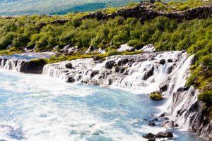 vodopád Hraunfossar na Islandu