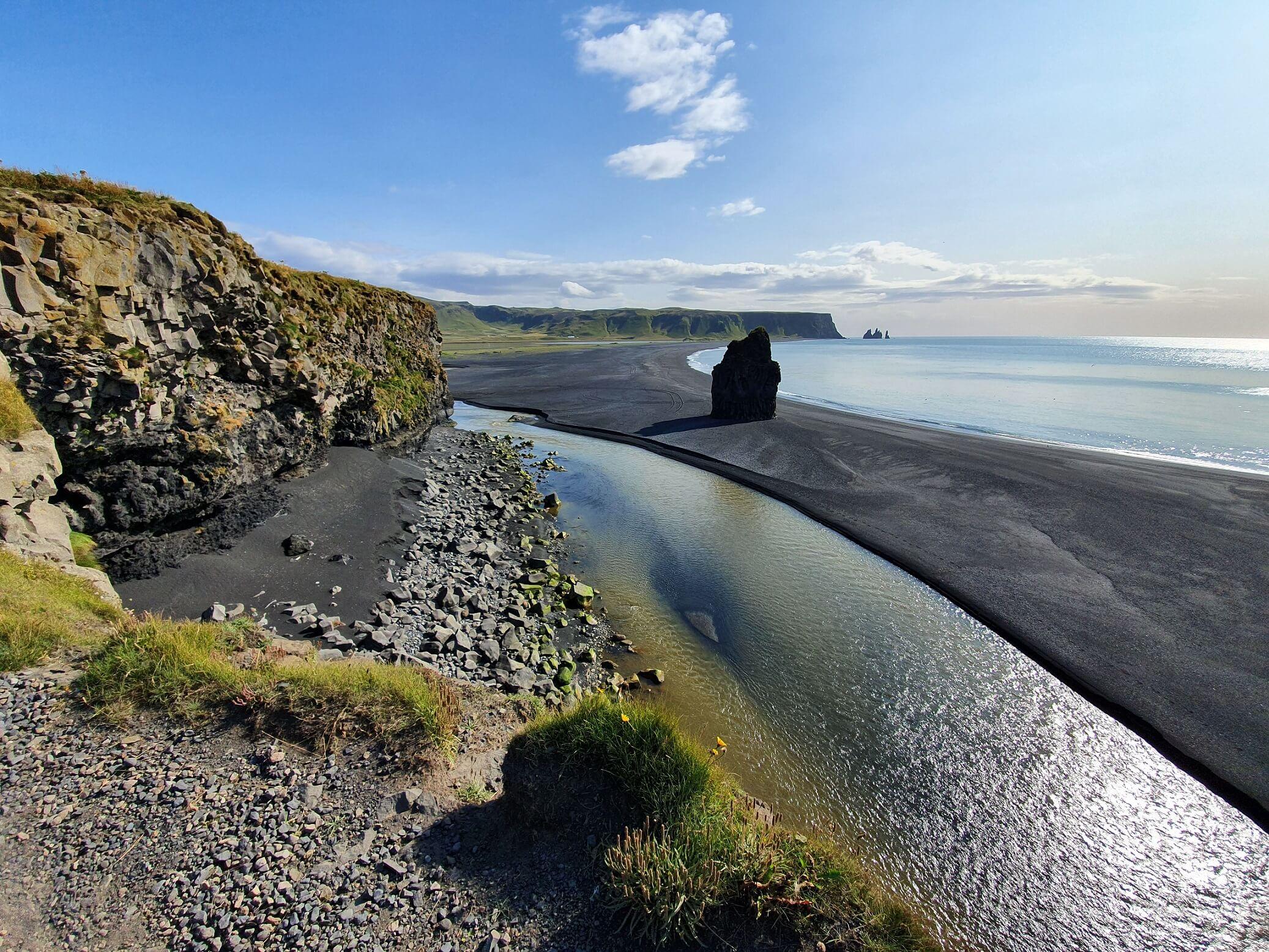 Černá pláž Reynisfjara na jižním pobřeží Islandu