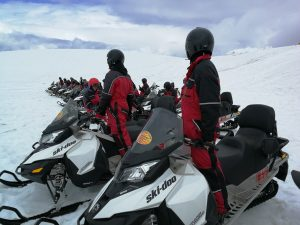 Sněžné skútry na ledovci Vatnajokull, Islandia