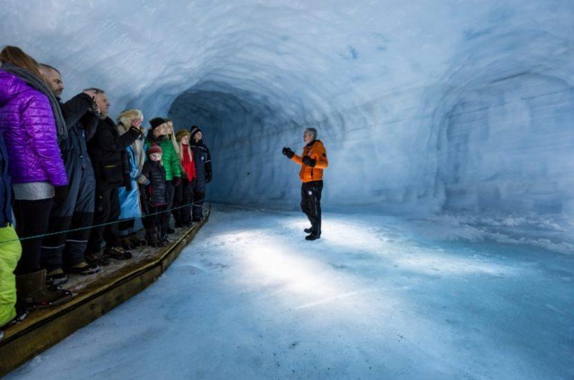Tunel v ledovci Langjokull na Islandu