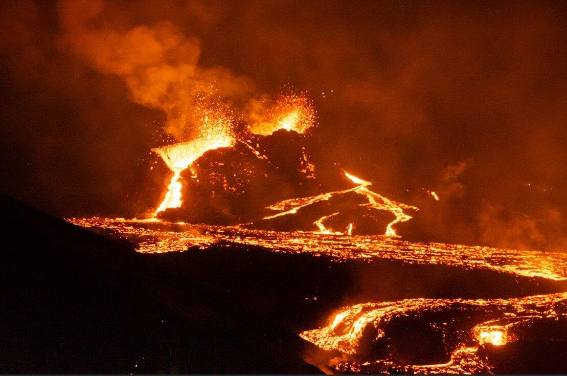 erupce sopky na Islandu v noci