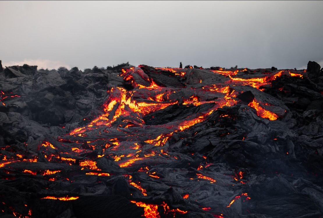 žhavá láva na Islandu